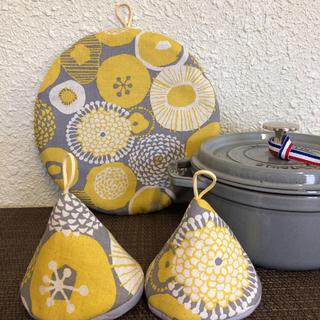ストウブ(STAUB)の再販!ストウブ ブレイザー対応鍋敷と大きめ三角鍋つかみセット 北欧(キッチン小物)