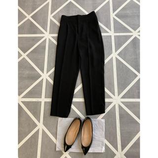 イエナスローブ(IENA SLOBE)の【美品】universal muse センタープレスパンツ 黒 仕事 スーツ(クロップドパンツ)