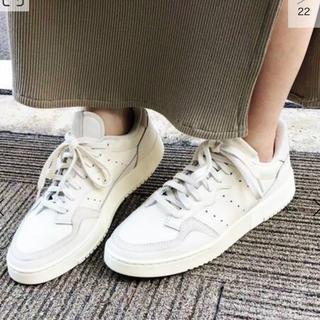 イエナスローブ(IENA SLOBE)の【adidas / アディダス】別注 SUPERCOURT◆(スニーカー)
