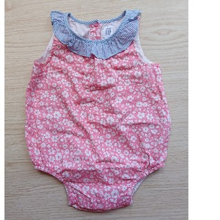 ベビーギャップ(babyGAP)のbabyGAP だるまロンパース フリル  ピンク 花柄  12-18m(ロンパース)
