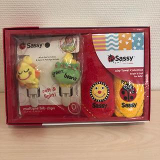 サッシー(Sassy)の赤ちゃん用 ミニタオル&マルチプル・ビブクリップ(ベビースタイ/よだれかけ)