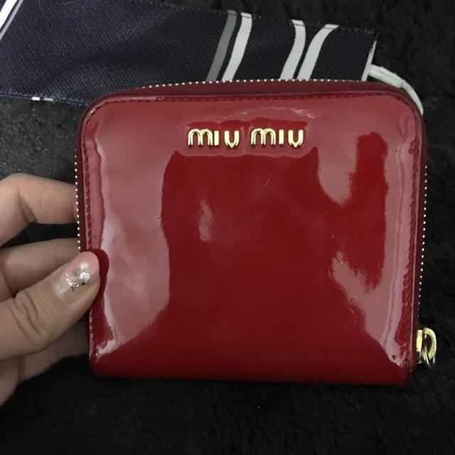 new product 0b7ee 1c53c miumiu 赤エナメル 二つ折り財布 | フリマアプリ ラクマ