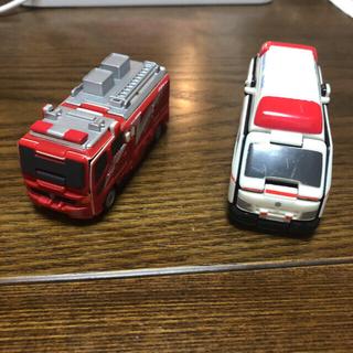 バンダイ(BANDAI)のVooVブーブ 変身変形ミニカー トミカ ハイエース⇔救急車 トラック⇔消防車(ミニカー)