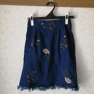 ミスティウーマン(mysty woman)のmysty woman 花柄刺繍デニムスカート(ミニスカート)