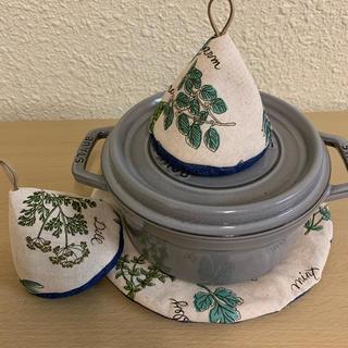ストウブ(STAUB)のストウブ staub 24cm以上対応できる鍋敷と大きめ三角鍋つかみ(キッチン小物)