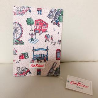 キャスキッドソン(Cath Kidston)の新品 タグ付き キャスキッドソン パスポートケース ロンドン柄(旅行用品)