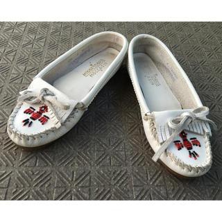 ミネトンカ(Minnetonka)のミネトンカ モカシン サンダーバード ホワイト スムースレザー(ローファー/革靴)