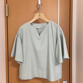 フェリシモ(FELISSIMO)のくすみグリーン ブラウス(シャツ/ブラウス(半袖/袖なし))