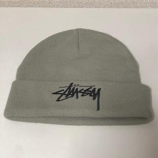 ステューシー(STUSSY)のstussy ニット帽 グレー(ニット帽/ビーニー)