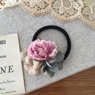 ローズピンクバラとブルーグリーン、ベージュ紫陽花のヘアゴム (ヘアアクセサリー)