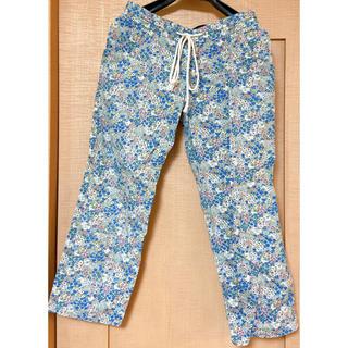 ハコ(haco!)の小花の総柄パンツ ライトブルー(カジュアルパンツ)