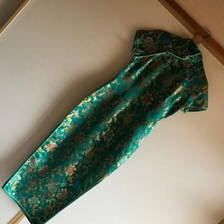 鮮やかなエメラルドグリーンのチャイナドレス(衣装一式)