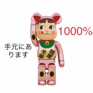 メディコムトイ(MEDICOM TOY)のBE@RBRICK 招き猫 ペコちゃん 桃金メッキ 1000% (その他)