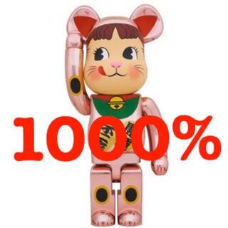メディコムトイ(MEDICOM TOY)のベアブリック BE@RBRICK 招き猫 ペコちゃん 桃金メッキ 1000%(その他)