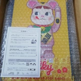 メディコムトイ(MEDICOM TOY)のBE@RBRICK 招き猫 ペコちゃん 桃金メッキ 100% 400%(キャラクターグッズ)