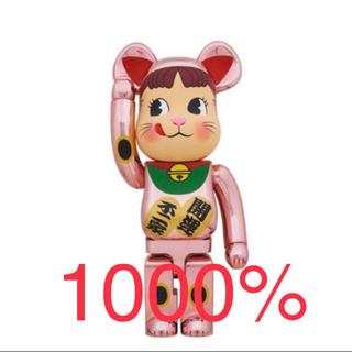 メディコムトイ(MEDICOM TOY)のBE@RBRICK 招き猫 ペコちゃん 桃金メッキ 1000% 新品未開封(その他)