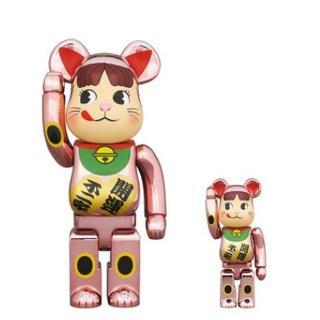 BE@RBRICK 招き猫 ペコちゃん 桃金メッキ 100% & 400%(ぬいぐるみ/人形)