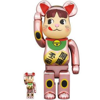 メディコムトイ(MEDICOM TOY)のBE@RBRICK 招き猫 ペコちゃん 桃金メッキ 100% & 400%(キャラクターグッズ)