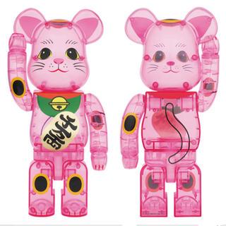 メディコムトイ(MEDICOM TOY)のBE@RBRICK 招き猫 桃色透明 400%  (キャラクターグッズ)