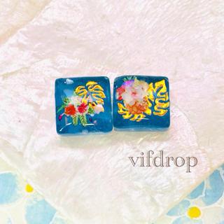 モンステラ&夏花柄のクリアスカイブルータイルピアス イヤリング(ピアス)