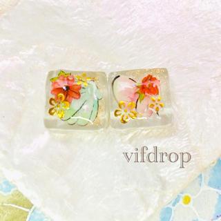 貝殻夏花柄のクリアホワイトガラスタイルピアス イヤリング(ピアス)