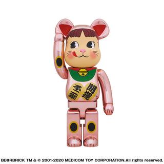 メディコムトイ(MEDICOM TOY)のBE@RBRICK 招き猫 ペコちゃん 桃金メッキ 1000% (キャラクターグッズ)