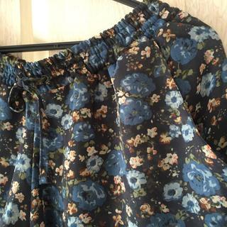 アンダーカレント(UNDERCURRENT)のブルーの花柄キュロット(キュロット)