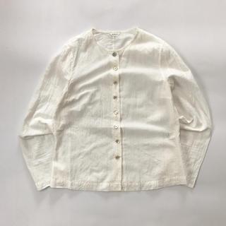 コモリ(COMOLI)のsusuri(ススリ)  ノーカラーストライプシャツ(シャツ/ブラウス(長袖/七分))
