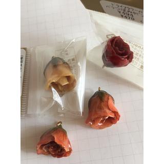 キワセイサクジョ(貴和製作所)のアクセサリーパーツ バラ ドライフラワー 素材 4個(チャーム)