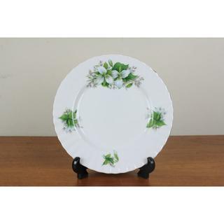 ロイヤルアルバート(ROYAL ALBERT)のロイヤルアルバート トリリウム プレート 中皿 白 花柄 イギリス ヴィンテージ(食器)