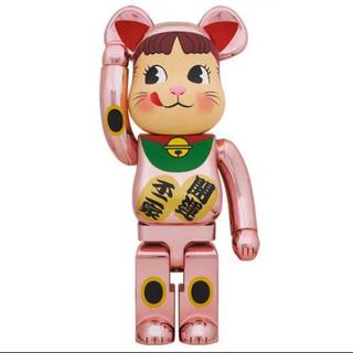 ベアブリック BE@RBRICK 招き猫 ペコちゃん 桃金メッキ 1000%(キャラクターグッズ)