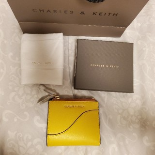 チャールズアンドキース(Charles and Keith)のCHARLES&KEITH 二つ折り財布 yellow(財布)