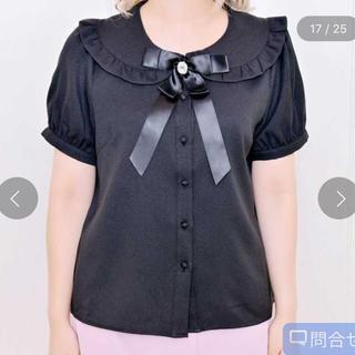 マーズ(MA*RS)のMARS マーズ リボンブローチ付フリル衿ブラウス ブラック(シャツ/ブラウス(半袖/袖なし))