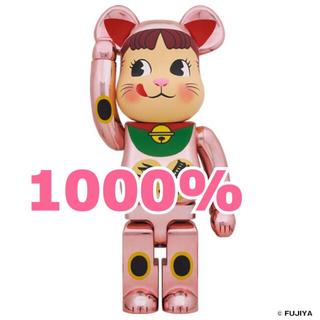 メディコムトイ(MEDICOM TOY)のBE@RBRICK 招き猫 ペコちゃん 桃金メッキ 1000%(模型/プラモデル)
