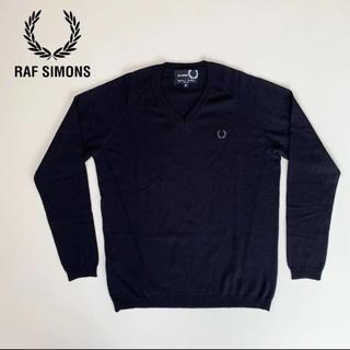 ラフシモンズ(RAF SIMONS)の☆美品 ラフシモンズ × フレッドペリー ロゴ Vネック ニット 黒 イタリア製(ニット/セーター)
