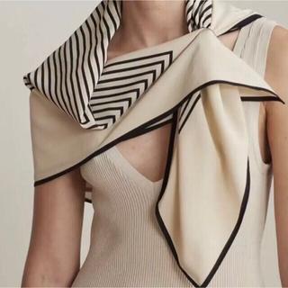 ビューティアンドユースユナイテッドアローズ(BEAUTY&YOUTH UNITED ARROWS)の黒と白の幾何学ストライプ柄スクエアスカーフ フェイクシルク(バンダナ/スカーフ)