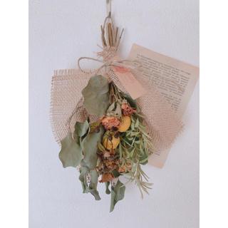 ドライフラワー ポポラスとオレンジのバラ、黄色のクラスペディアのスワッグ(ドライフラワー)