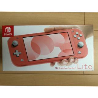 ニンテンドースイッチ(Nintendo Switch)の【新品未開封 店舗印なし】スイッチライト Switchlite コーラル(携帯用ゲーム機本体)