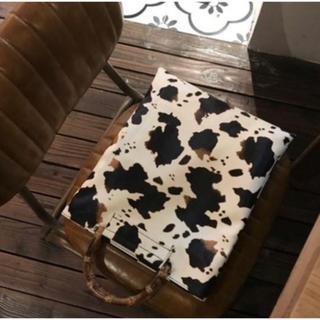 アメリヴィンテージ(Ameri VINTAGE)のカウ 牛柄 デザイン バンブーバッグ アニマル 秋 冬 定番 大人気 レディース(ハンドバッグ)