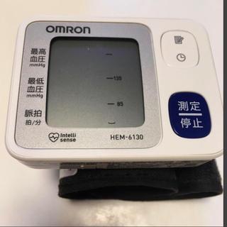 オムロン(OMRON)の オムロン自動血圧計HEMー6130(手首用)(その他)