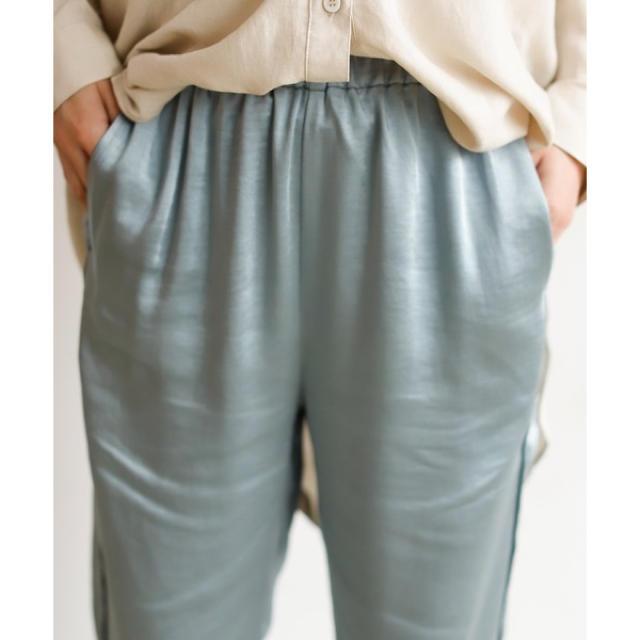 holiday(ホリデイ)の【Holiday】サテンルーズタックパンツ ライトブルー レディースのパンツ(カジュアルパンツ)の商品写真