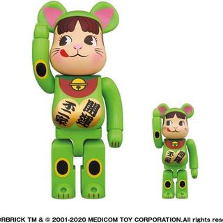 不二家 BE@RBRICK 招き猫ペコちゃん蛍光グリーン100%&400%(キャラクターグッズ)