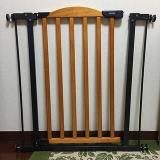 カトージ(KATOJI)のKATOJI 自動で閉まる木のゲート(ベビーフェンス/ゲート)