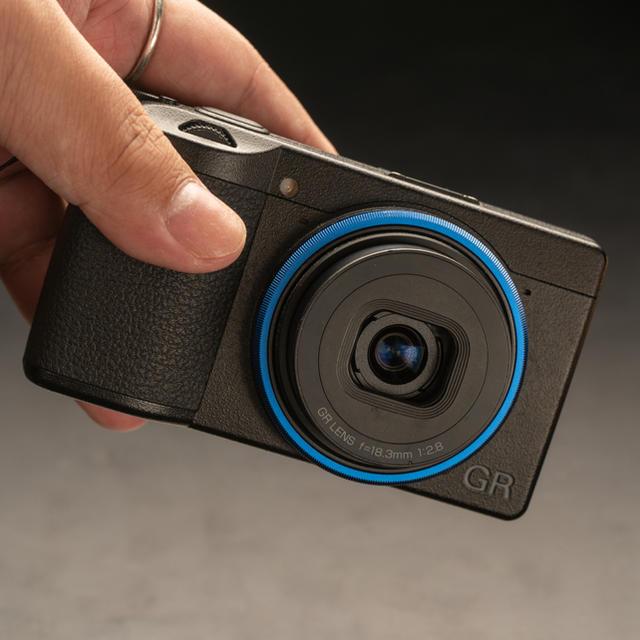 RICOH(リコー)のRICOH GR3 (初回限定ブルーリング付)GRIII スマホ/家電/カメラのカメラ(コンパクトデジタルカメラ)の商品写真