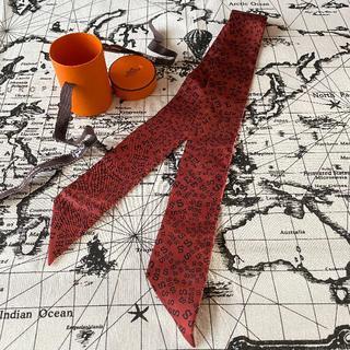 エルメス(Hermes)のS【使用わずか】エルメス HERMES ツイリー スカーフ 赤 ロゴ(バンダナ/スカーフ)