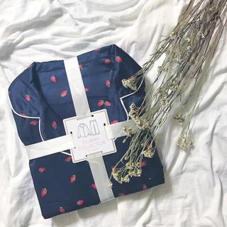 ジーユー(GU)のGU サテンパジャマ(ストロベリー)(いちご)紺色 L(パジャマ)