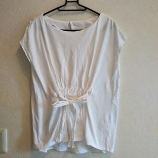 ナチュラルビューティーベーシック(NATURAL BEAUTY BASIC)の値下げ!ナチュラルビューティーベーシック 白のウエストリボン付き半袖カットソー(カットソー(半袖/袖なし))