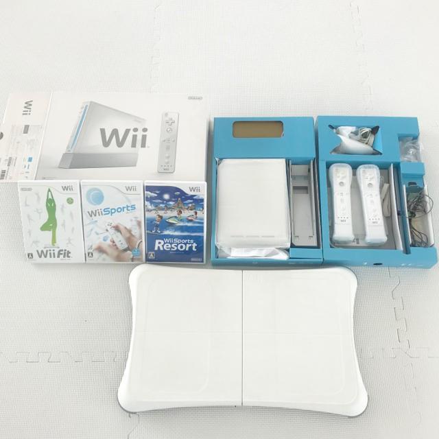 Wii(ウィー)のNintendo Wii本体 + Wii Fitなどソフト3本セット エンタメ/ホビーのゲームソフト/ゲーム機本体(家庭用ゲーム機本体)の商品写真