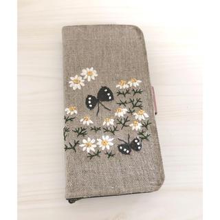 iPhone 7/8/SE2 刺繍手帳型ケース チョウチョとカモミール