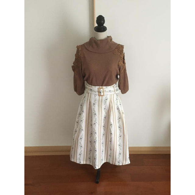 dazzlin(ダズリン)の秋色肩あきニットとダズリンのストライプスカート レディースのスカート(ひざ丈スカート)の商品写真